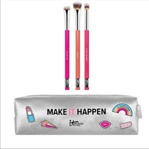 It Cosmetics eyeshadow brush set and bag